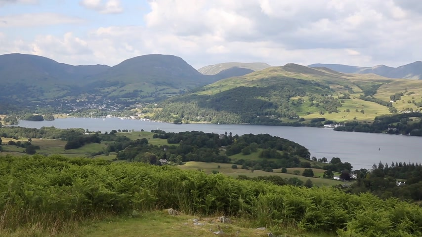 göl : Windermere Lake District National Park England uk on a beautiful sunny summer day popular tourist attraction