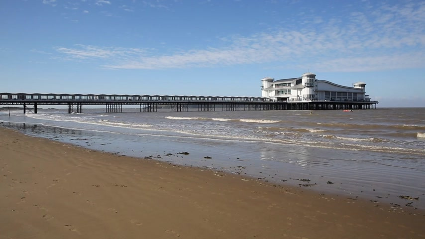 atracação : Summer on the beach and Grand Pier Weston-super-Mare Somerset England UK