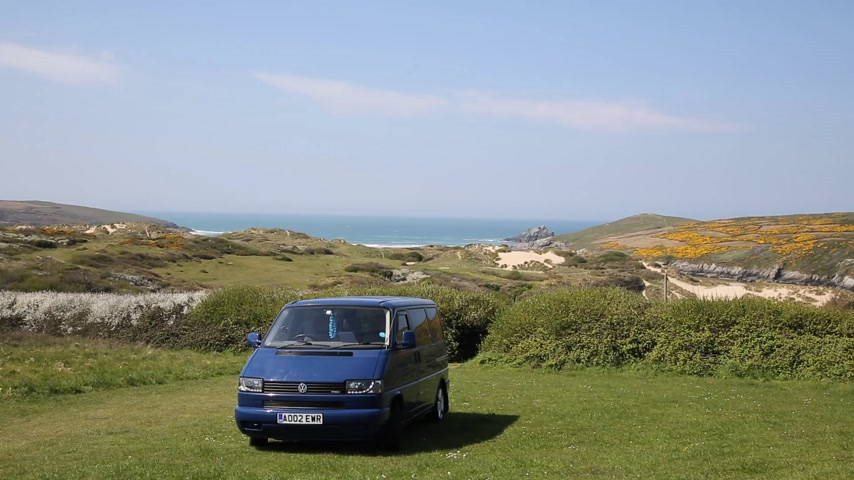 otobüs : Volkswagen VW T4 Transporter Multivan also known as a Caravelle in india blue with alloy wheels a garland and devil eye lights in Crantock near Newquay Cornwall UK