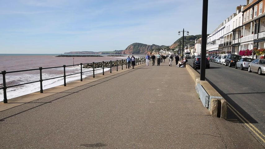 büyük britanya : English promenade Sidmouth seafront Devon England UK traditional tourist town with people walking Stok Video