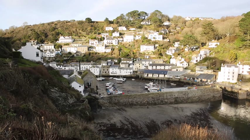 villaggio turistico : Vista elevato di inglese porto Polperro Cornwall South West Regno Unito liscia pan video professionale