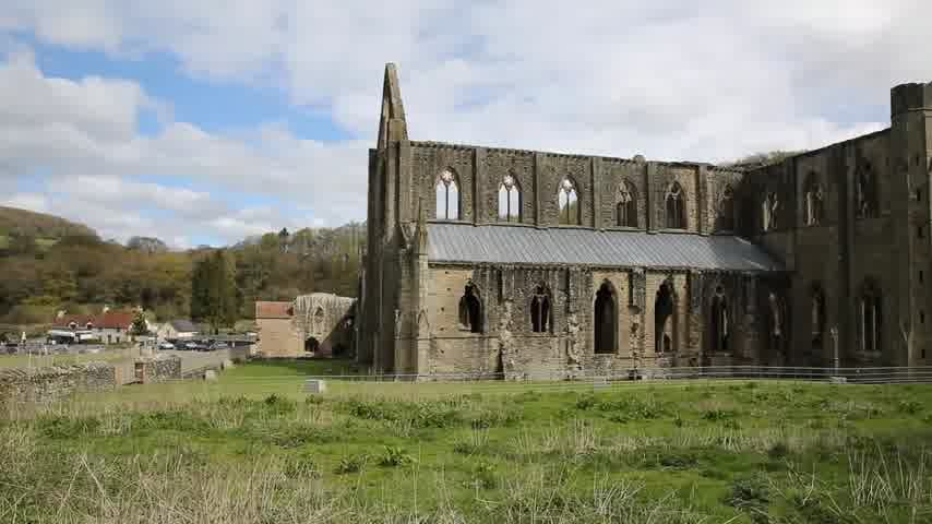средневековый : Tintern Abbey Monmouthshire near Chepstow Wales UK ruins of Cistercian monastery popular tourist destination pan