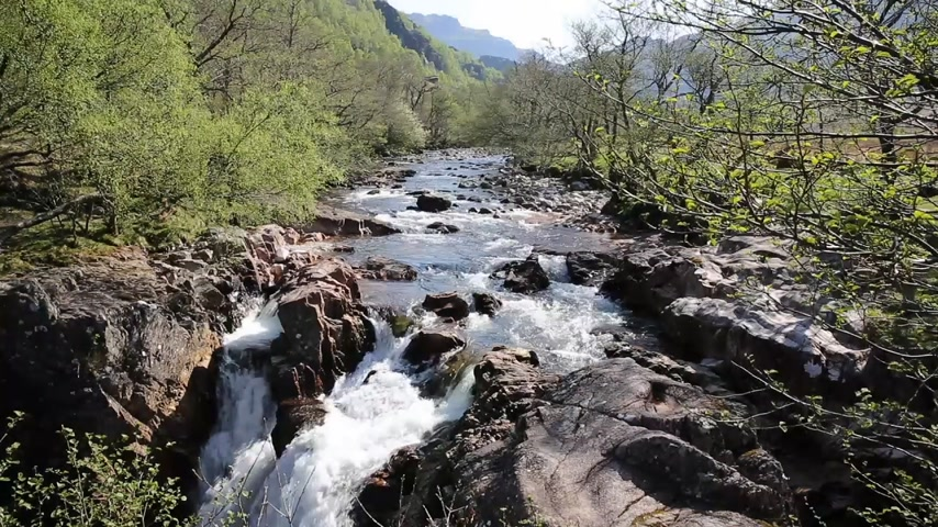 skotsko : Beautiful Scottish Highlands Glen Nevis river Scotland UK with white water rocks and mountains