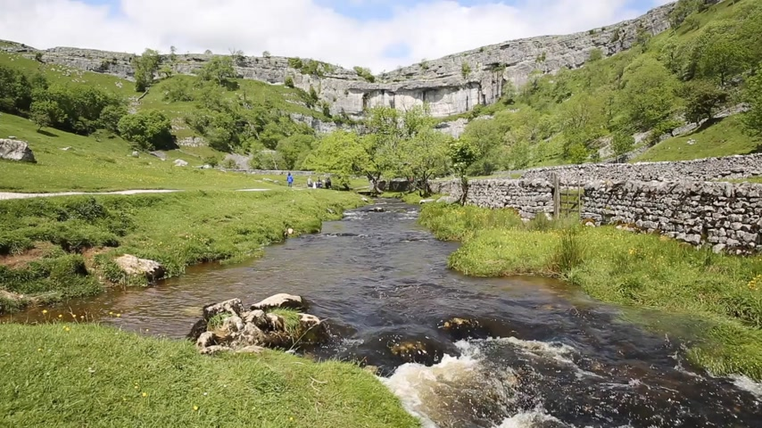 Malham Cove Yorkshire Dales National Park Inglaterra Reino Unido atracción turística popular Archivo de Video