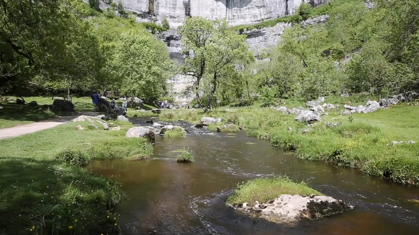 Malham Cove con la corriente en la parte inferior de las rocas Yorkshire Dales National Park UK