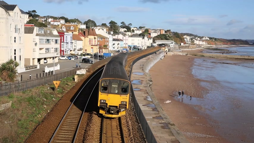 к юго западу : Fast train approaching bridge Dawlish Devon England uk