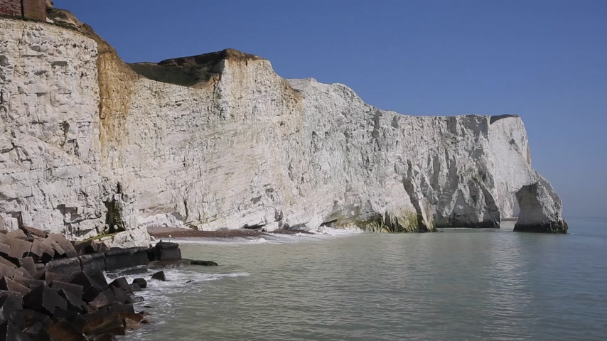 к юго западу : Beautiful English coastline Seaford East Sussex England uk with white chalk cliffs, waves and blue sky