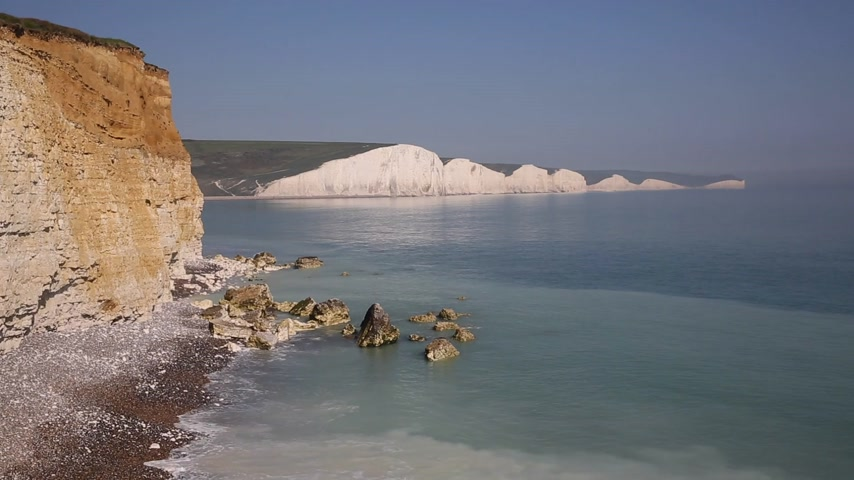 Mar azul claro y hermosa costa inglesa Siete hermanas Acantilados de tiza East Sussex uk entre Seaford y Eastbourne