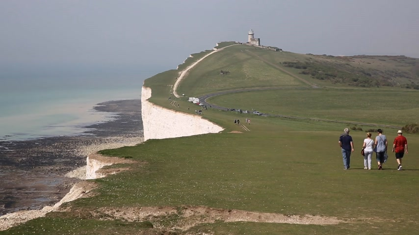 Ruta de la costa del Parque Nacional de South Downs entre Beachy Head y Seven Sisters East Sussex con gente caminando