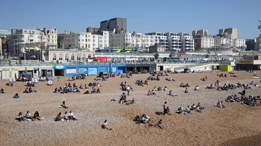 к юго западу : Brighton England UK busy with people on the beach in fine weather Стоковые видеозаписи
