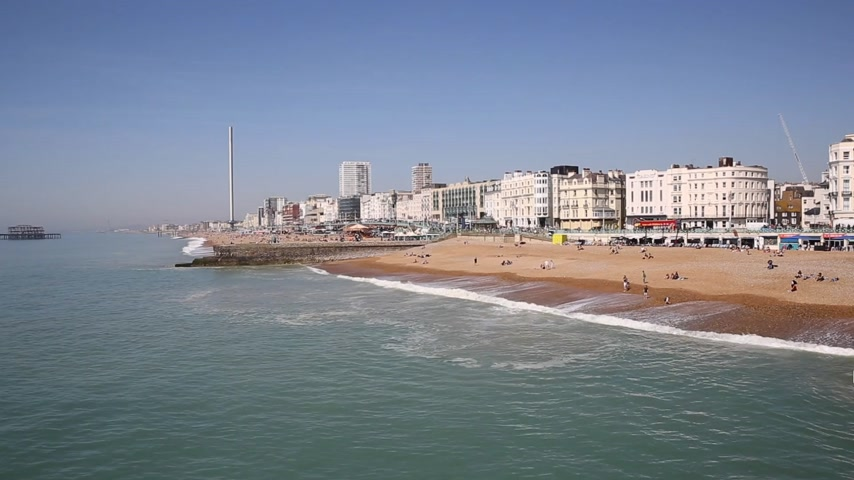 к юго западу : Brighton East Sussex England UK with people enjoying the weather beach and waves Стоковые видеозаписи