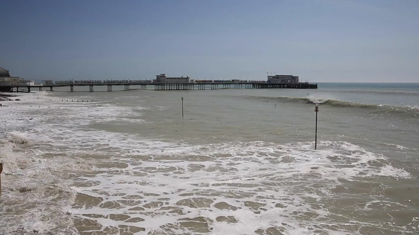 Worthing Reino Unido marea llena y el muelle West Sussex Archivo de Video