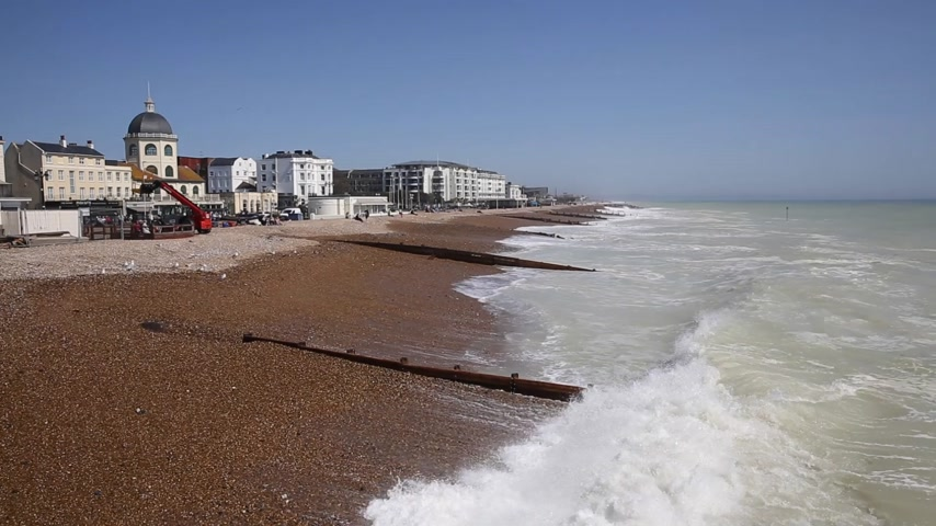 Worthing West Sussex uk playa y olas vista hacia el oeste