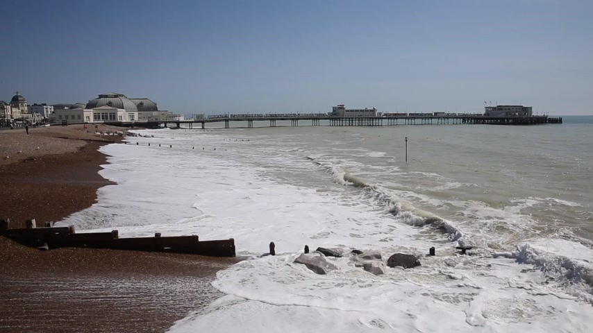 Playa de Worthing y muelle West Sussex Inglaterra Reino Unido Archivo de Video