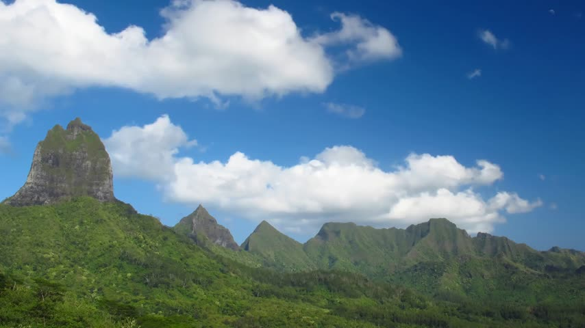 горный хребет : Time Lapse Clouds over Moorea Mountains, French Polynesia  Стоковые видеозаписи