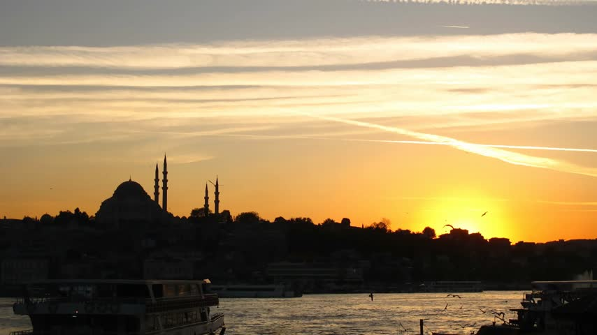 минарет : Time lapse sunset at Bosporus (Istanbul) with Mosque in background