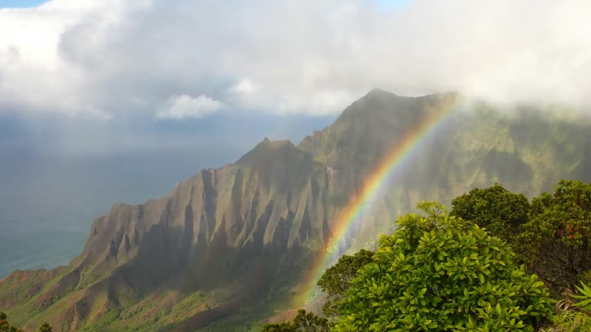 hawai : Nuages laps de temps sur Kalalau Valley avec rainbow, Kauai, Hawaii