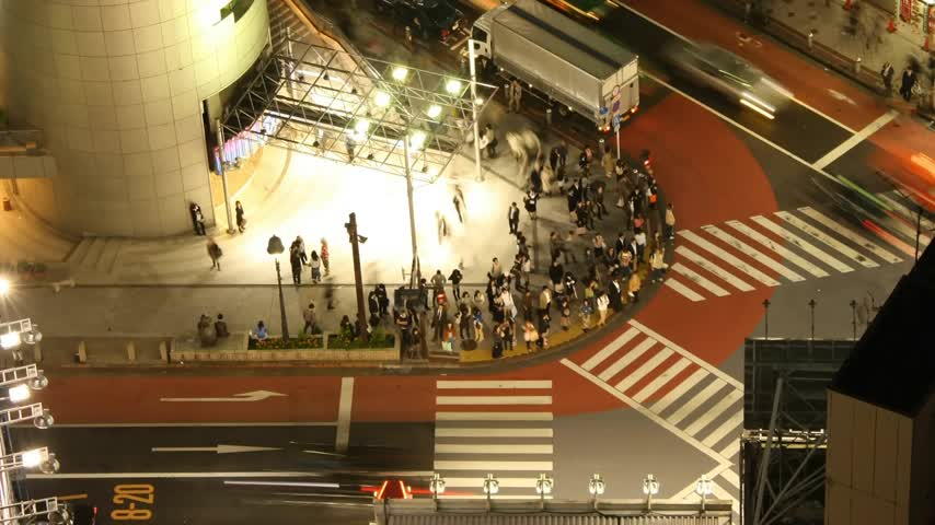 tokio : Time lapse Tokyo cross-walk from high above (rare view) at night.