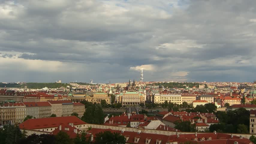 Прага : Time lapse fast moving clouds over Prague Dome in autumn