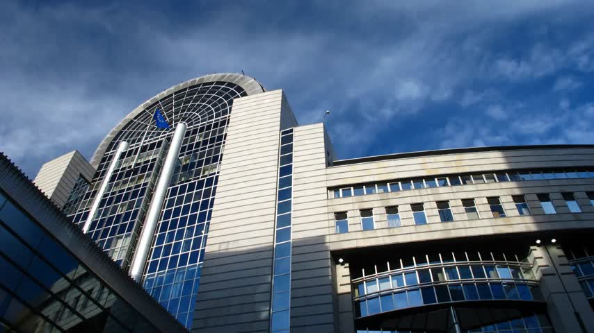 pé : Time lapse clouds over European Parliament, Brussels