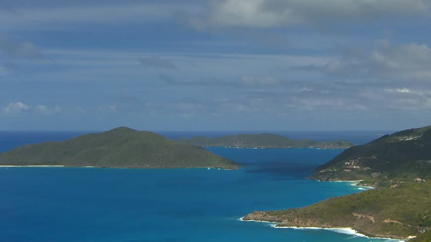 девственница : Time lapse view to Cooten Bay at British Virgin Islands BVI with nice clouds and some boats (pan)