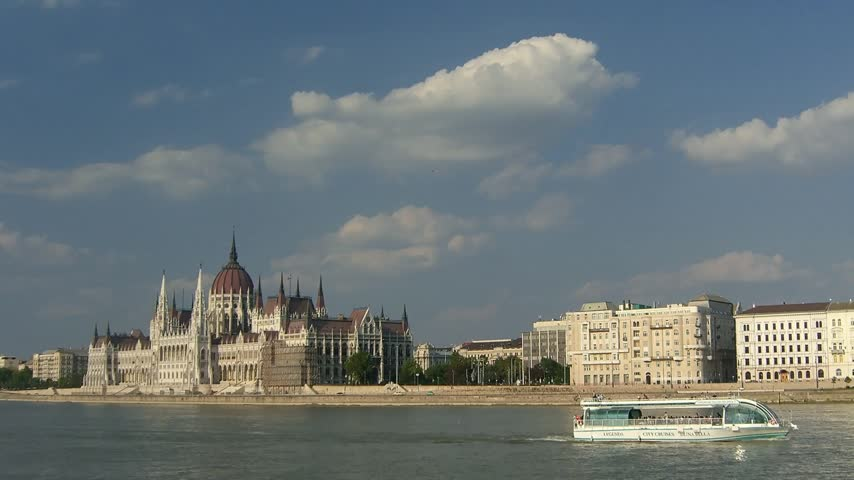 budapeste : Time lapse clouds over Budapest, Danube and Parliament Vídeos