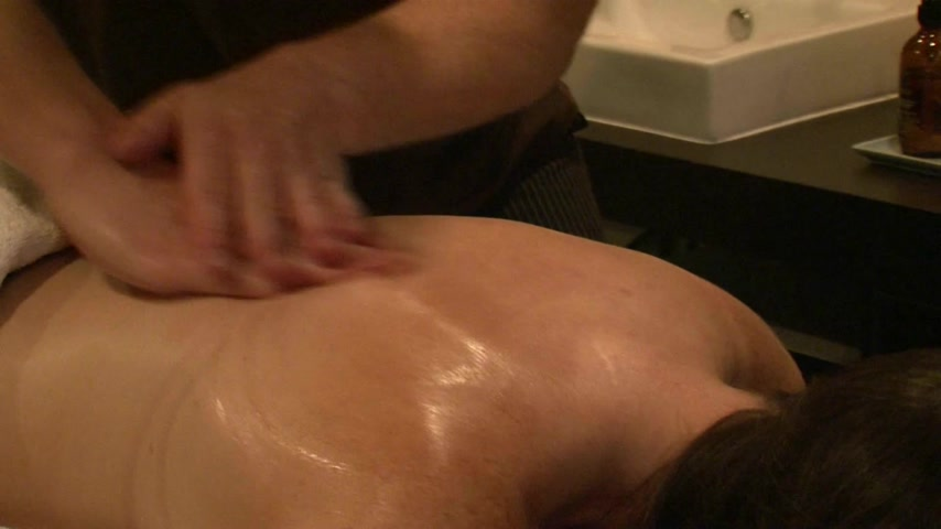 массаж : ROTORUA, NEW ZEALAND. Adult female receiving massage therapy treatment at a resort