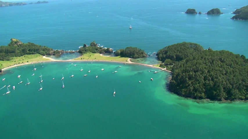 Острова : Roberton Island, Bay of Islands, New Zealand. Scenic flight over roberton island, also known as twin lagoons.