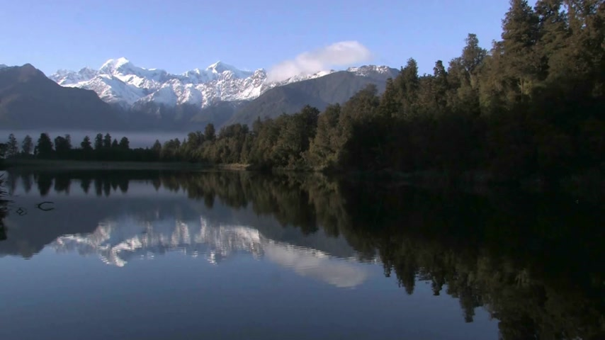 Új zéland : Franz Josef, New Zealand.  Lake Matheson. West Coast, New Zealand, Famous for reflecting a near-perfect image of Aoraki Mount Cook in its waters,  formed around 14000 years ago