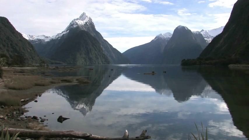 Új zéland : Milford Sounds, New Zealand. View from the shoreline across into the Milford Sounds and Mitre Peak Stock mozgókép