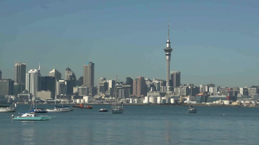 Új zéland : view from Northcote point across Auckland harbour with its boats and yachts moored in foreground