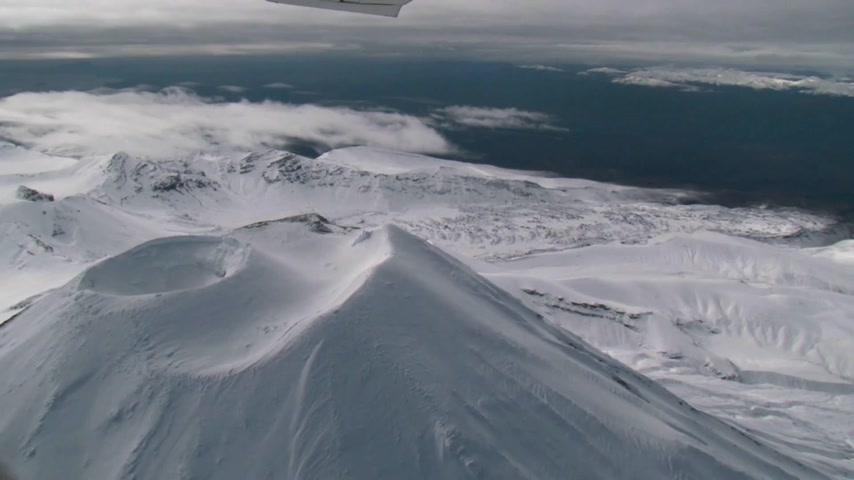 göl : Scenic flight over the oldest national park in New Zealand which encircles the volcanoes of Tongariro, Ngauruhoe and Ruapehu.  Stok Video