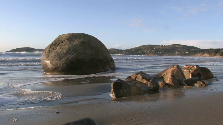"Új zéland : The Moeraki Boulders are a group of very large spherical ""stones"" on Koekohe Beach near Moeraki on New Zealand's Otago coast. These boulders are actually concretions that have been exposed through shoreline erosion from coastal cliffs"