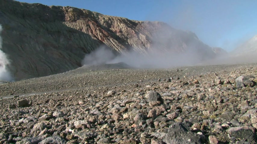 Острова : White Island, New Zealand,. Unidentified tourists viewing the steaming vents and craters at White Island  one of New Zealands most active cone volcanoes.
