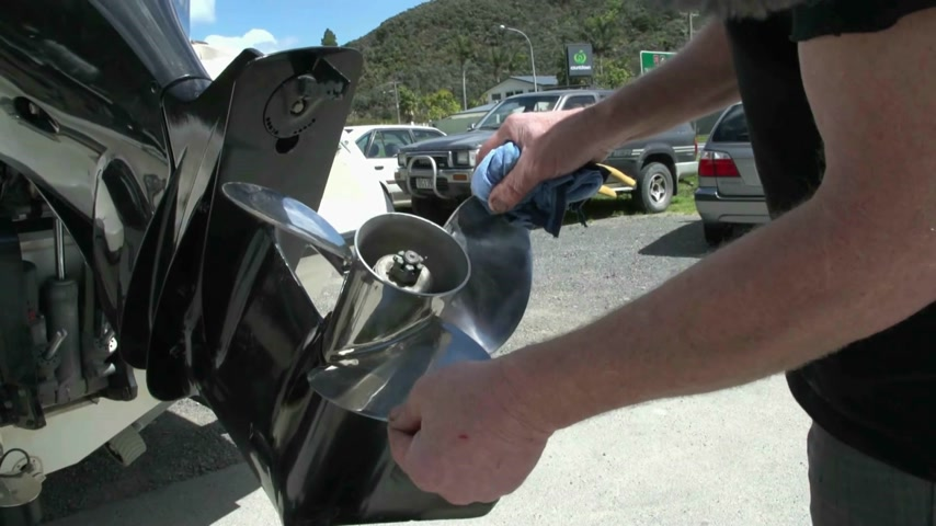 pervane : New Zealand. mechanic spins prop looking for damage and bends in prop