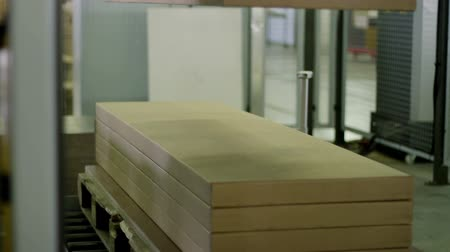 paketleme : Furniture manufacturing. Furniture parts are packaged on an automated packaging line
