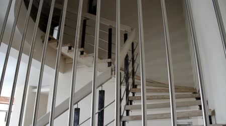 moderní : The interior of stylish contemporary house. The modern staircase.