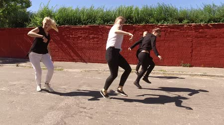 tancerka : The art of dance. Group of four young people dancing in the street. 4K Wideo