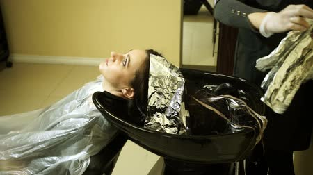 lavatório : Hair coloring. Female barber washing the head of a young woman. HD Vídeos