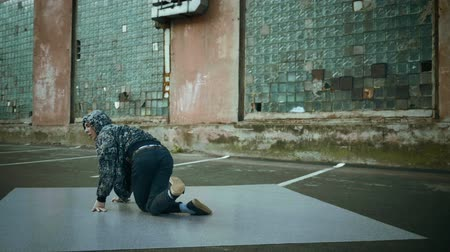 fianchi : Hip-hop e breakdance. Breakdancer ballare in strada. Rallentatore. HD