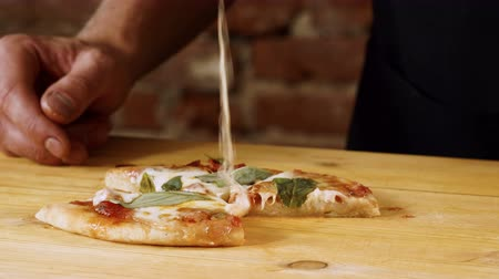 calabresa : Close-up shot of the cook holding in hands a slice of ready-to-eat pizza. 4K Vídeos