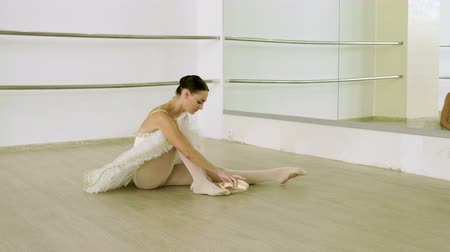 kotník : Female ballet dancer tying ballerinas pointe around her ankle. 4K