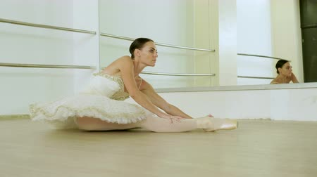 тапочка : Classical ballet. Ballerina dancing in pointe shoes in dance studio with mirrors. 4K Стоковые видеозаписи
