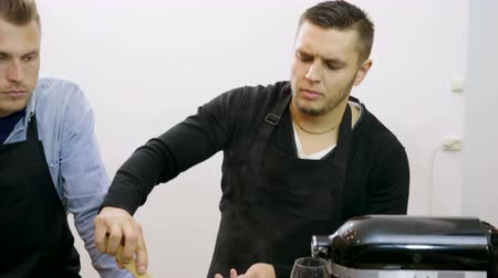 utensílio : A group of people preparing mussels with cream at the cooking master class. 4K