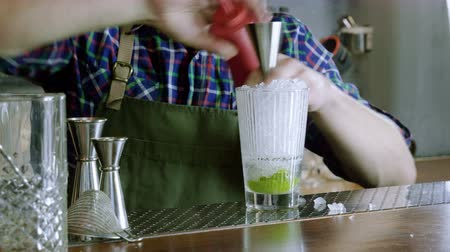 keeper : Caipirinha cocktail. The barman preparing an alcoholic drink in a bar. 4K