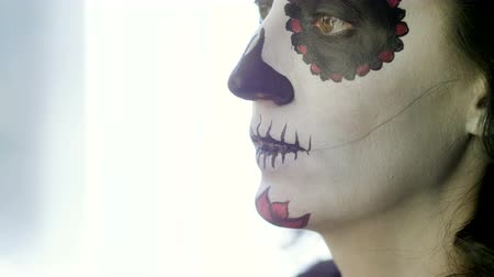 косплей : Halloween party. Make-up artist is making woman up as skull for celebration of the Mexican Day of the Dead. 4K