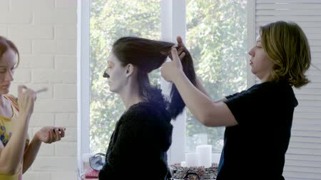 gothique : Make-up artist and hairstylist making makeup and curly hair to young brunette woman for halloween. 4K
