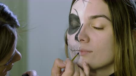косплей : Make-up artist is making blonde woman up as dead bride for halloween party. 4K