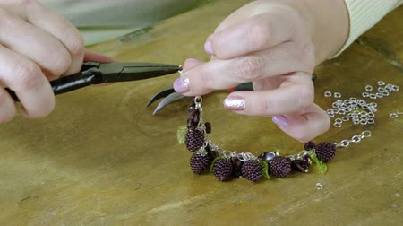 naszyjnik : The young woman creating handmade jewelry bracelet in the studio. 4K