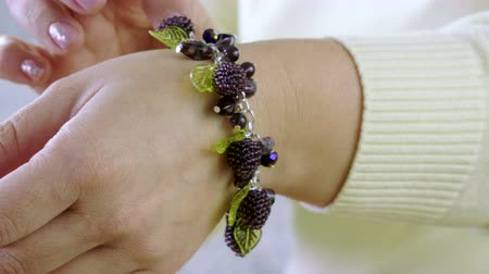 ожерелье : Handmade bracelet. Jewelry designer creating handmade jewelry in studio. 4K